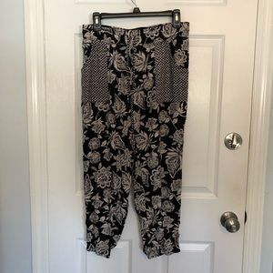 American Eagle Black and White Floral Joggers Med
